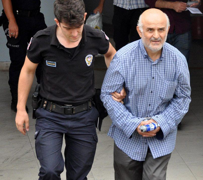 FOTO:DHA - Bıyıklıoğlu'nun kelepçeleri gizlemek için gömleğinin kol düğmelerini açtığı gözlendi.