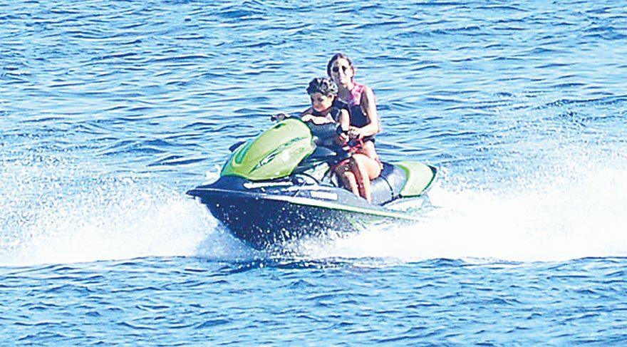 Briatore'nin eşi eski manken Gregoraci oğluyla birlikte jetski yaparken bol bol fotoğraf çektirdi.