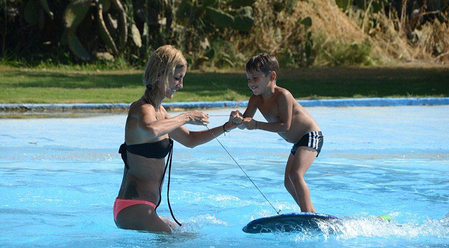 Çağla Şıkel havuzda sörf eğitimi verdi