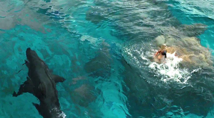 Gözlerden uzak bir sahilde sörf yapan Nancy bu esnada büyük bir köpekbalığının saldırısına uğrar. Nancy canını kurtarsa da kıyıdan birkaç yüz metre uzaklıktaki bir kayalığın üstünde mahsur kalır.