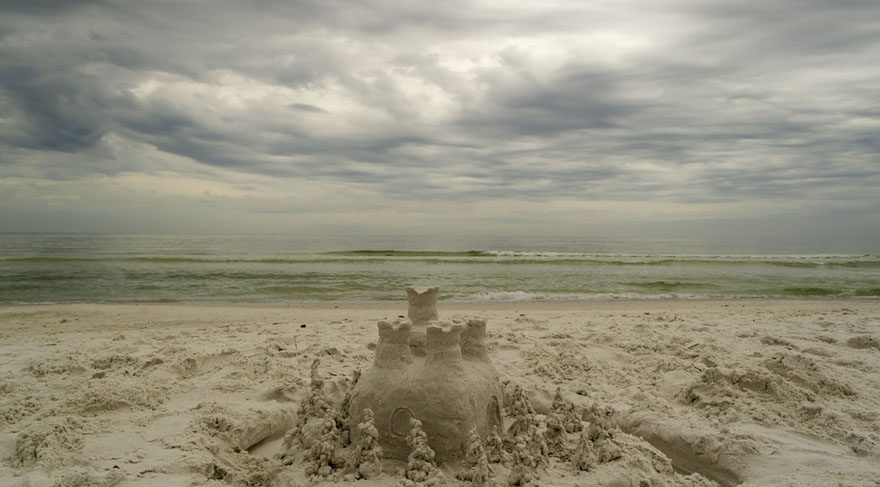 Kumdan kalenizi denize çok yakın yaparsanız ilk dalga ile yerle bir olur unutmayın. Hayallerinizi ne üzerine ve nereye kurduğunuza dikkat edin.