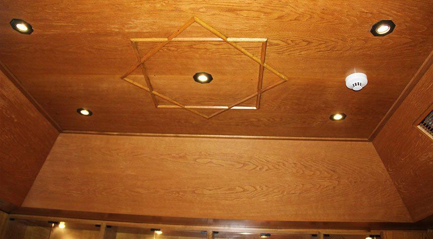 Odanın tavanında ise iç içe geçmiş 2 kareden oluşan ve Sultan Süleyman'ın mührü ile Siyon yıldızına benzeyen desen olduğu gözlendi.