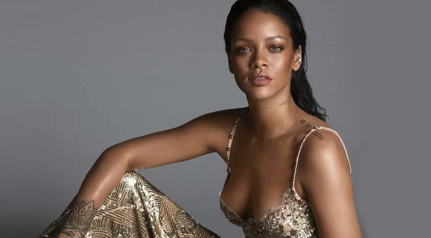 Rihanna, Berlin Bienali'nde sergilenen eserle fotoğraf çektirdi