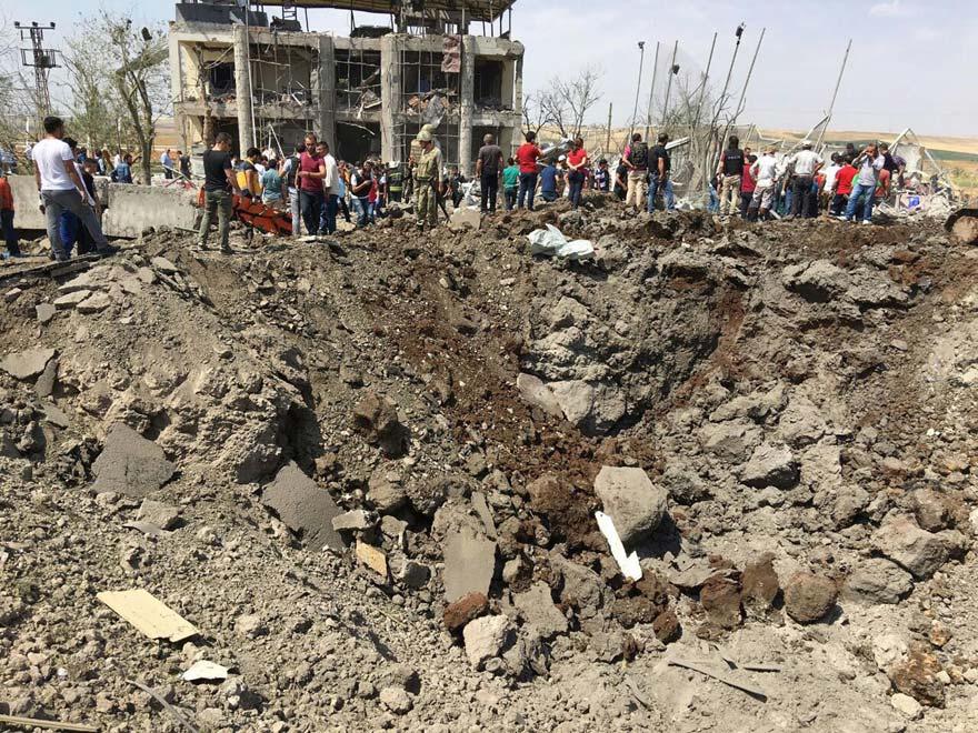 FOTO: DHA / Patlamanın yaşandığı yerde oluşan dev çukur olayın dehşetini gözler önüne serdi.