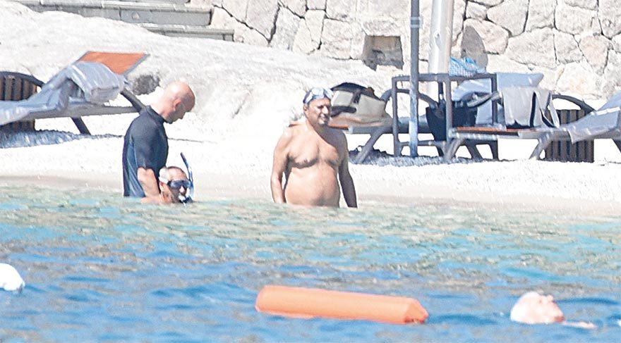Prens ve yanındakiler denize girerken yanından ayrılmayan korumaları suyun altında bile görev başındaydı.