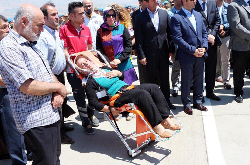 FOTO:DHA - Şehit annesi acısından ayakta duramadı