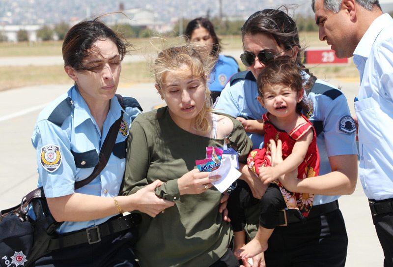 FOTO:DHA - Hem şehit eşi hem de şehit annesi olan acılı kadın küçük kızıyla törene katıldı.