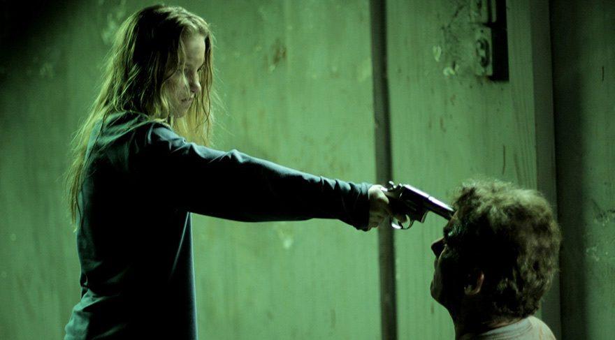 Eve, Phil adında hasta ruhlu bir adam tarafından kaçırılıp bir bodruma kapatılmış, defalarca tecavüze maruz kalmış bir genç kadındır.