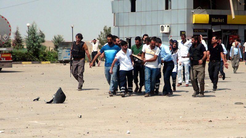FOTO:İHA - Yaralılar binada görevli polisler ve o esnada orada bulanan vatandaşlar tarafından ambulanslara taşındı.