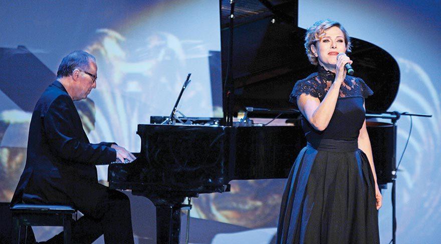Gecede Zuhal Olcay verdiği mini bir konserle davetlilere unutulmaz anlar yaşattı.
