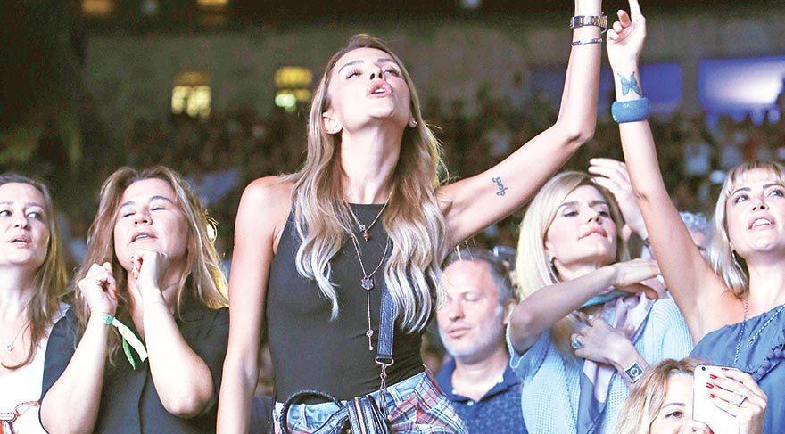 Özge Ulusoy konser sırasında yerinde duramadı