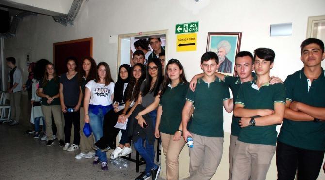 Okulları İmam Hatip Lisesi'ne dönüştürülen öğrencilerin tepkisi