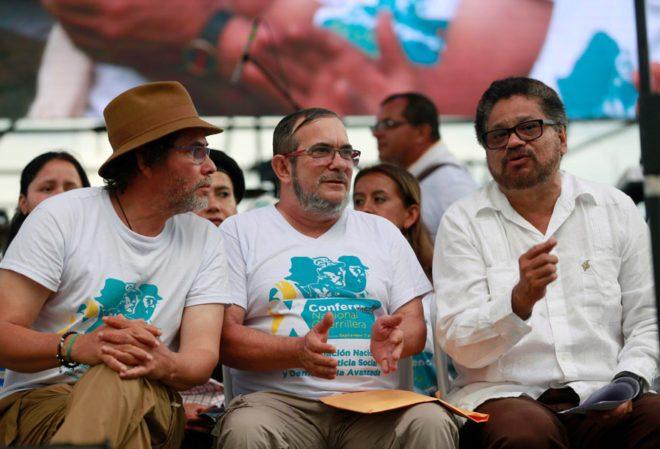 FOTO: REUTERS/ Timochenko adıyla bilinen Farc lideri Rodrigo Londono, Pastor Alape (soldaki) ve Ivan Marquez (sağdaki) ile örgüt kongresinin kapanış töreninde sohbet ediyor.
