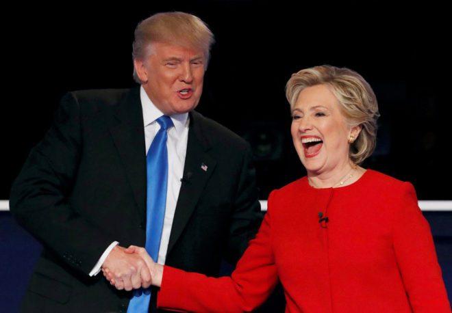 FOTO: REUTERS/ ABD Seçimleri'nde adayların imajları da büyük önem taşıyor. Clinton milyonların izlediği düelloya kırmızı bir takım elbiseyle geldi. Trump ise koyu renk takım elbise tercih etti ve beyaz gömlek üzerine mavi kravat taktı.