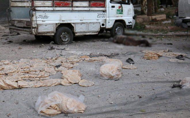 FOTO: REUTERS/ Halep'teki hava saldırıları sonucu etrafa dağılan lavaşların yanında cansız bir insan yatıyor...