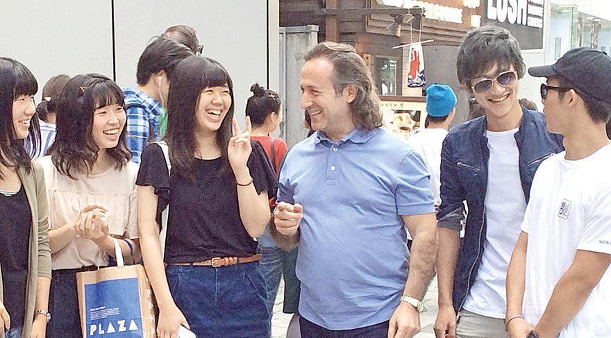 Tokyo sokaklarında yoğun ilgi