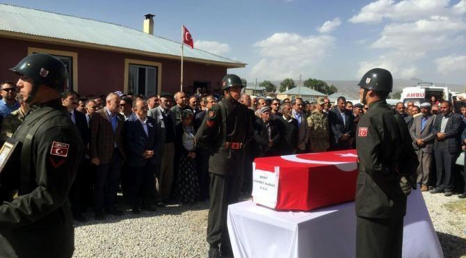 Çaldıran'da şehit olan korucu Mehmet Aladağ toprağa verildi