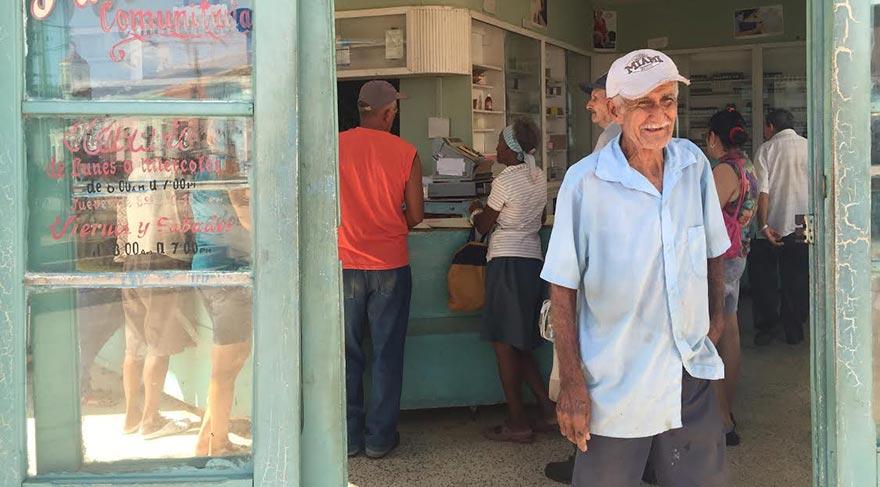 KÜBA HALKINA HER ŞEY ÜCRETSİZ Sokak sokak gezdiğim Havana'da onlarca eczane ve sağlık merkezi gördüm. Tüm bu tedavilerin ve ilaçların Küba halkına bedava olduğunu da hatırlatayım.   Kanser aşısını bulan Doktorun maaşı 20 dolar kanser aşısı ise 1 dolar 3 69