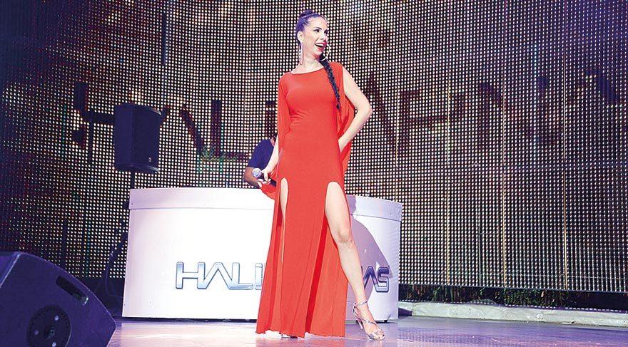 Kına gecesini konserde kutladı