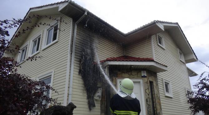 Keşan'da yağmur etkili oldu, yıldırım düşen evde yangın çıktı