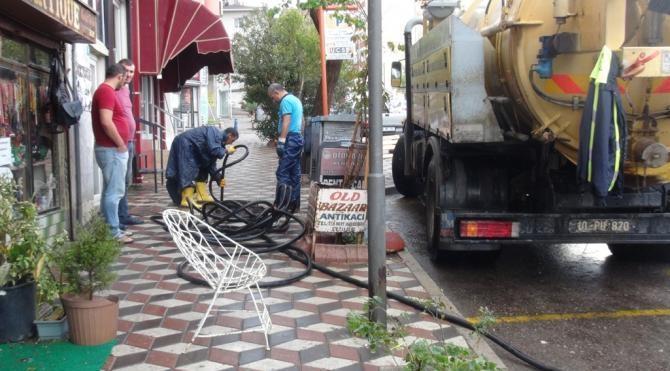 Bandırma'da sağanak yağmur su baskınlarına neden oldu
