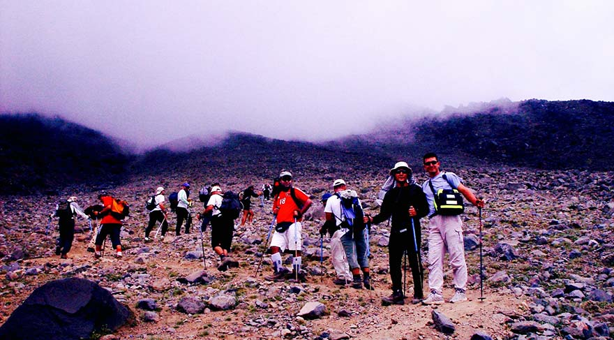 Ekibimiz aklimatizasyon için 3800 m.'ye tırmanıyor.