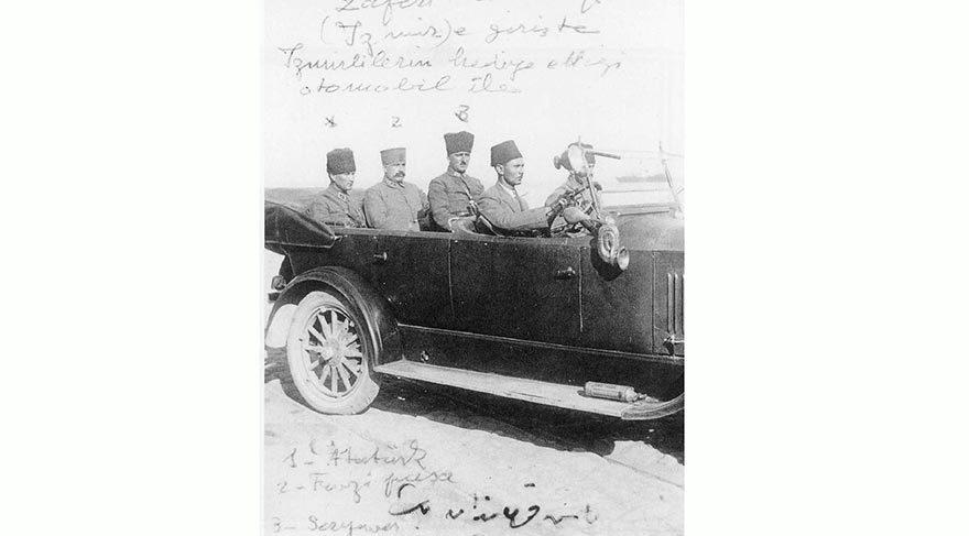 """İZMİR'E HALKIN HEDİYE ETTİĞİ OTOMOBİLLE GİTTİ Mustafa Kemal kurmaylarıyla birlikte, İzmir'e halkın hediye ettiği üstü açık bir otomobille gitti. Her yer beyaz güllerle süslenmişti. Çiçeklerin arasında bir de kuzu vardı. Atatürk, yanındakilere """"Aman! Çabuk gidin söyleyin; kuzuyu kesmesinler"""" dedi... Ancak bunu engelleyemedi."""