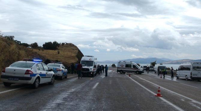 Sağlıkçıları taşıyan minibüs devrildi: 2 ölü, 12 yaralı