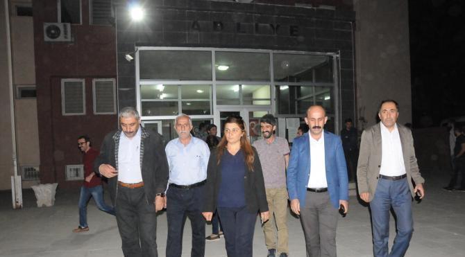 Hakkari'de gözaltına alınan Belediye eski Eş Başkanları mahkemeye çıkarıldı (2)