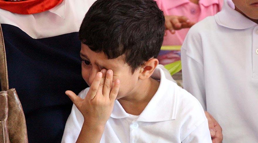 Anne ve babalarından ayrılmak istemeyen bazı öğrenciler ağladı. Foto: DHA