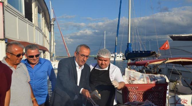 Balık restoranı sahipleri ücretsiz ekmek arası balık dağıttı
