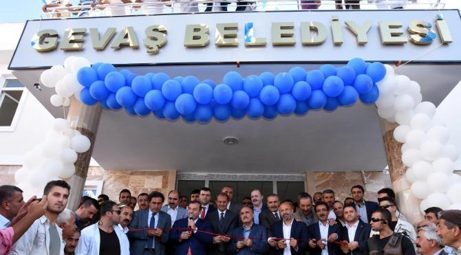 Gevaş Belediye binası açılışında 'Vizontele Gevaştele' sitemi