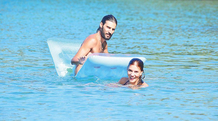 Ekip arkadaşlarından Alev Sezer'in oğlu Batuhan Sezer'le yüzerken görülen Varlıer, artistik atlama stiliyle izleyenleri kendine hayran bıraktı.