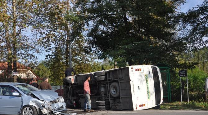 Akyazı'da midibüs ile otomobil çarpıştı: 8 yaralı