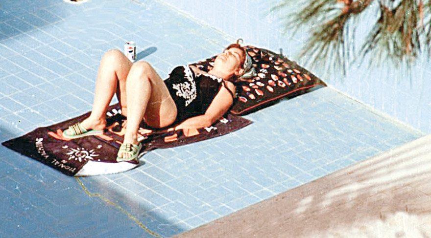 Çiller 1993'te başbakan olduğu dönemde Antalya'daki evinin havuzunda güneşlenirken böyle görüntülenmişti