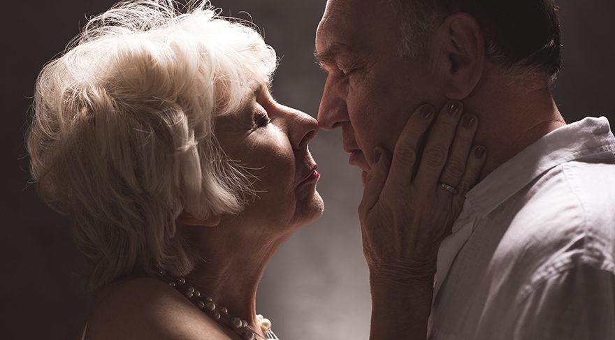 Yaşlılıkta seks kadın için faydalı, erkek için değil