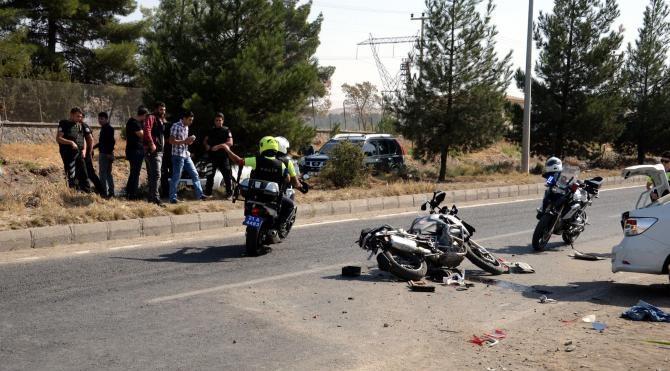 Polis motosikleti, otomobile çarptı: 2'si polis 3 kişi yaralandı
