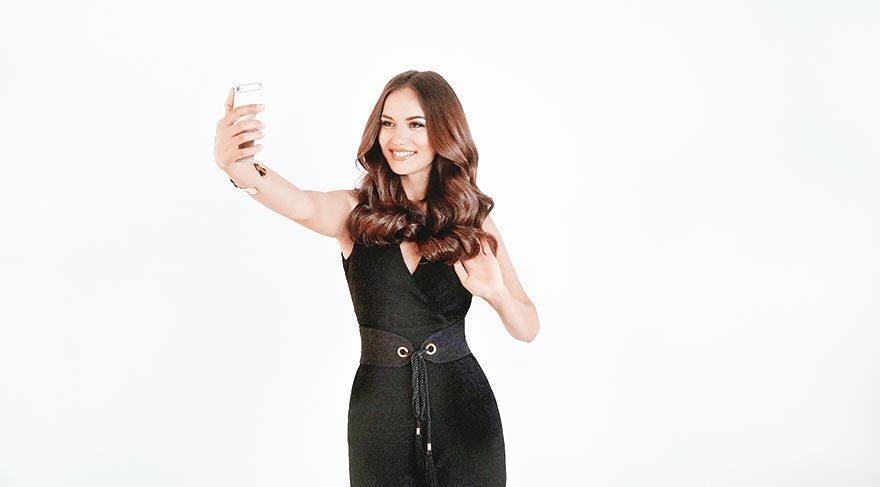 Fahriye Evcen'den sette selfie