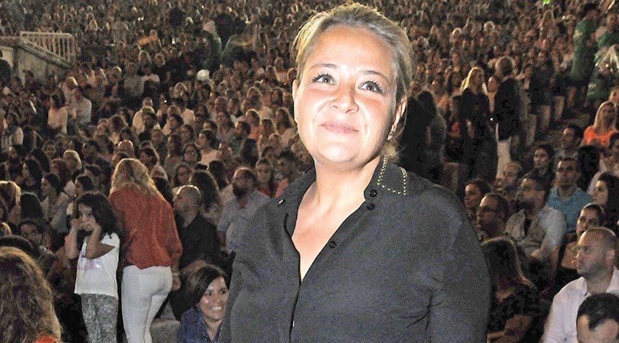 """Kardeşinin şarkılarına eşlik eden Handan Tevetoğlu, """"Onunla her zaman gurur duydum"""" dedi."""