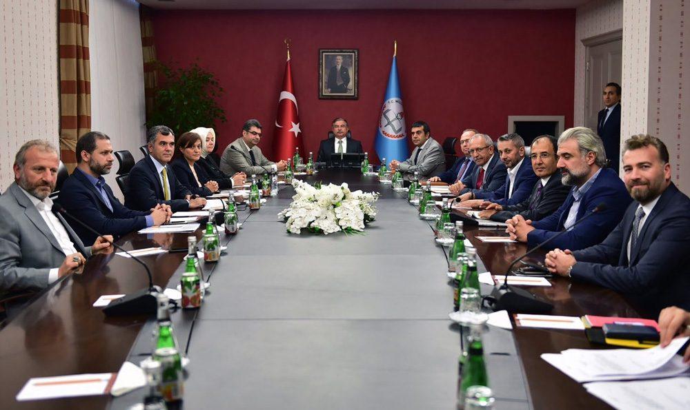 Ahmet Emre Bilgili, Twitter hesabını da aktif olarak kullanıyor.