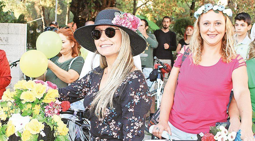 Kadının çiçeğiyle, süsüyle, rujuyla, eteğiyle, iş kıyafetiyle yani her haliyle bisiklete binebileceğini gösteren kadınlar, caddelerin sadece motorlu araçlara ve erkeklere ait olmadığını vurguladı..