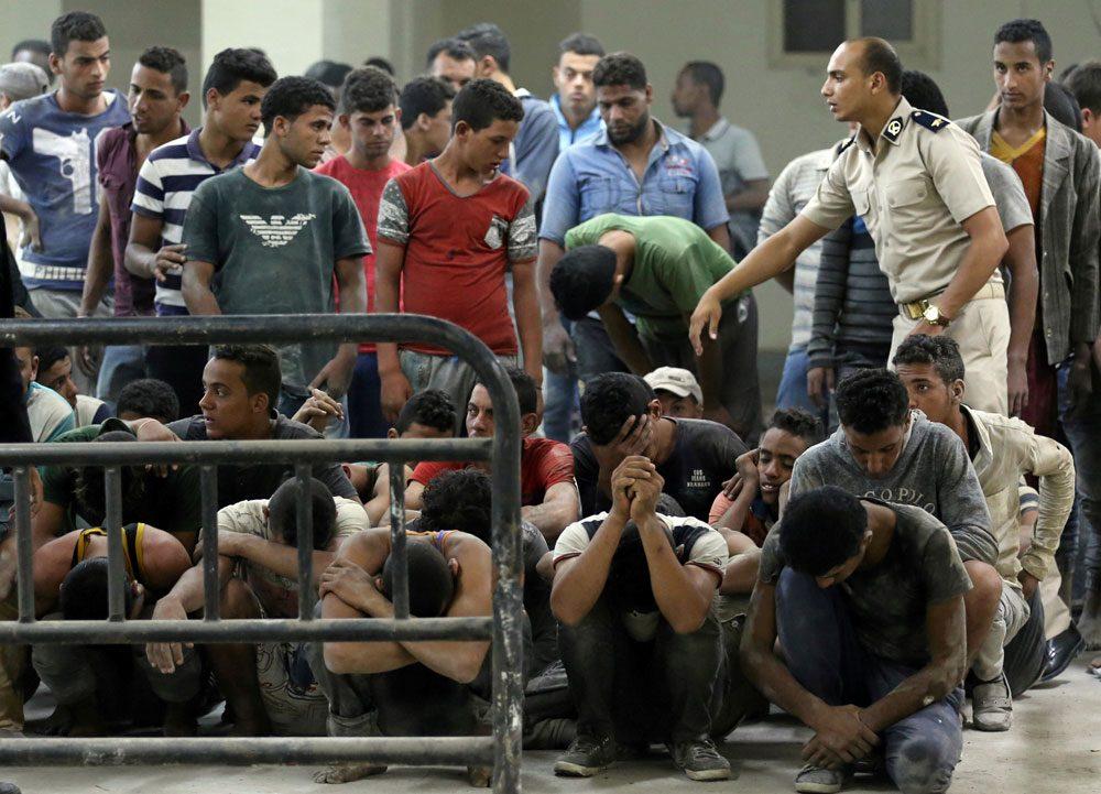 Batan tekneden kurtar�lan g��menler. (Foto: Reuters)