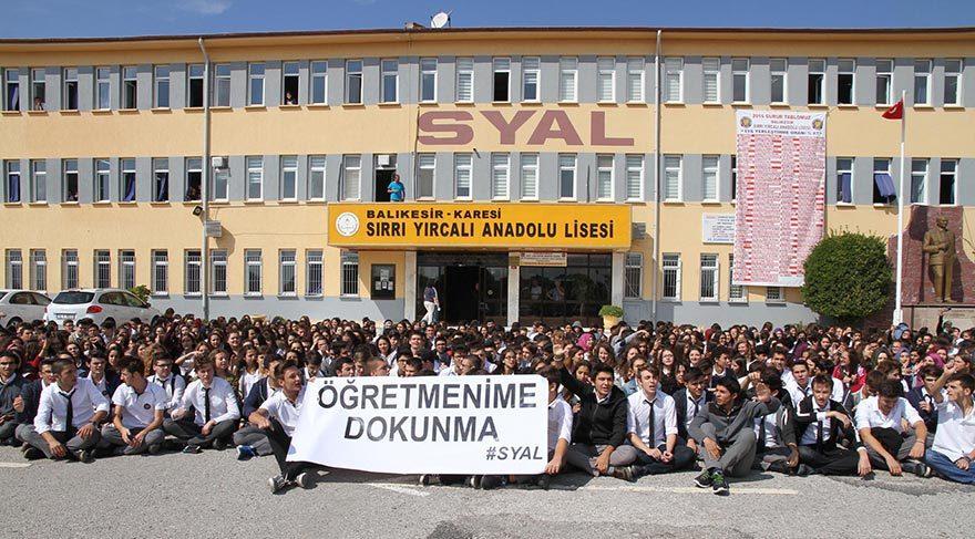 Sırrı Yırcalı Anadolu Lisesi öğrencileri okul bahçesinde 'Öğretmenime Dokunma' pankartı açarak, oturma eylemi yaptı.