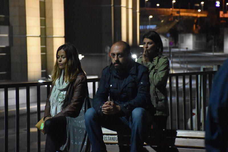 FOTO:DHA - Sanem ve Kerem Altan babalarını, adliye bahçesinde endişeli gözlerle bekledi.