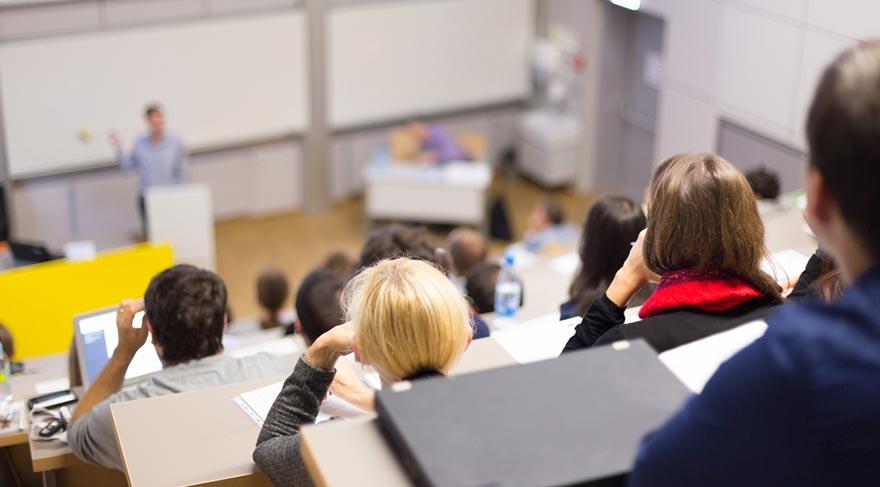 Binlerce öğretim elemanları ayakta