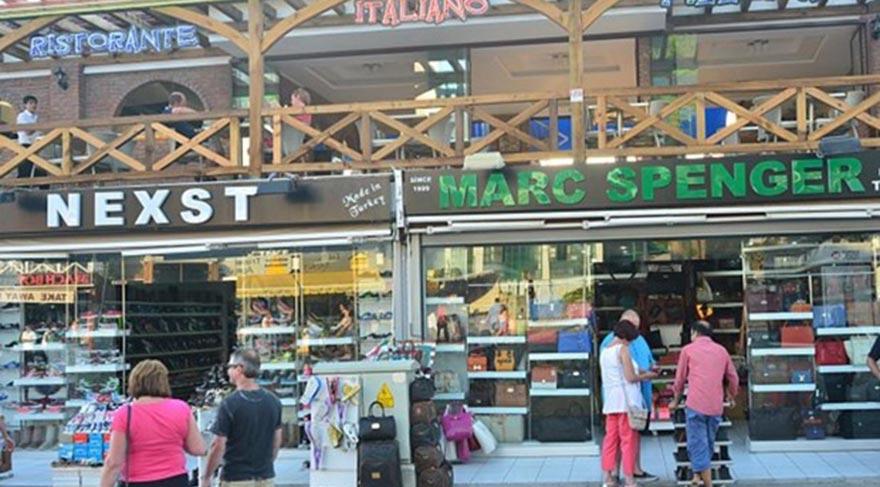 BİR TÜR MARKS&SPENCER Çakma İngiliz mağazaları- nın bolluğu Marmaris'in Hisarönü beldesini meşhur etti.