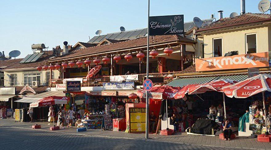 İngiliz turistler tanıdıkları markalara yönelsin diye, Hisarönü beldesinin esnafı ünlü markaları esinlendiren dükkan isimleri kullanıyor.