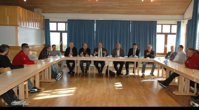 Mercedes'te çalışan Türk işçilere 'iş kanunu' semineri