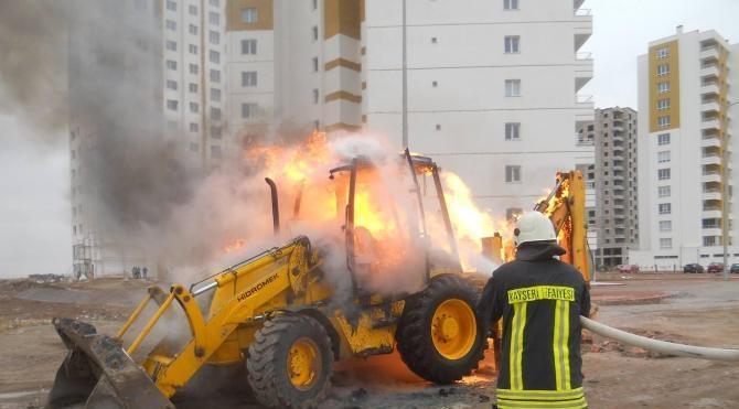 Kanalizasyon çalışmasında doğalgaz borusu patladı; kepçe yandı
