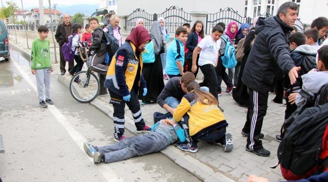 Okul çıkışında minibüs çarpan öğrenci yaralandı